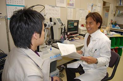 坪田教授の診療風景