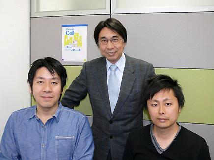 左から:永野 修、佐谷秀行(教授)、石本崇胤(当時、共同研究員;現在、熊本大学大学院生命科学研究特任助教)バックは私たちの発表内容が採用されたCancer Cell (v.19, no.3, 2011)の表紙