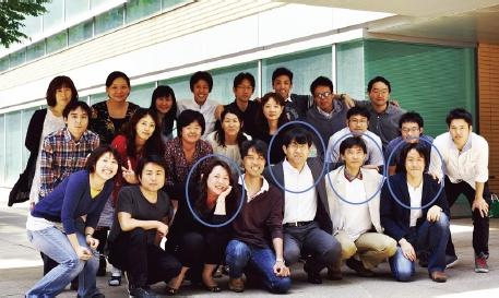 左から、松田助教、柚崎教授、筆者、掛川講師