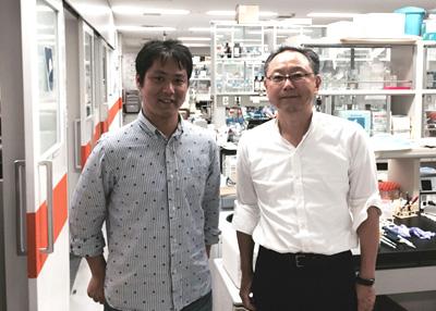 左:筆者、右:塩見 春彦(分子生物学教室教授)
