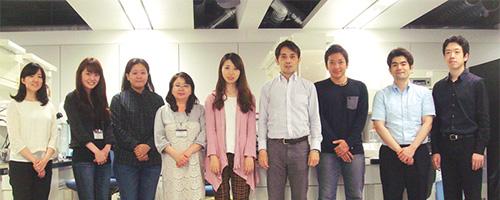 右から4番目:著者 研究室のメンバーと撮影。