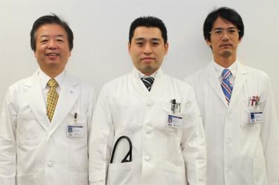 左から福田恵一(内科学教室(循環器)教授)、著者、湯浅慎介(内科学教室(循環器)学部内講師)