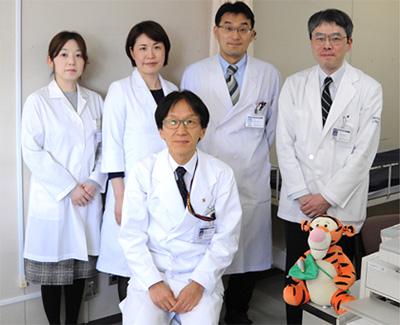 前列:高橋孝雄(小児科学教室教授) 後列左から:下郷幸子(小児科学教室非常勤医師)、筆者、芝田晋介(電子顕微鏡研究室専任講師)、三橋隆行(小児科学教室専任講師)
