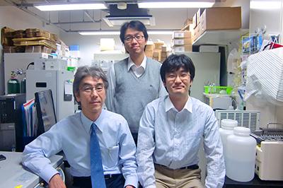 前列左から:副島研造(臨床研究推進センター教授)、筆者 後列:安田浩之(内科学教室(呼吸器)専任講師)
