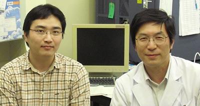 左:七田崇、右:吉村昭彦(微生物学・免疫学教室教授)