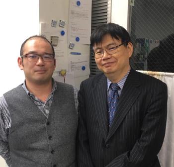 左:筆者(生理学教室助教)、右:岡野栄之(同教授)