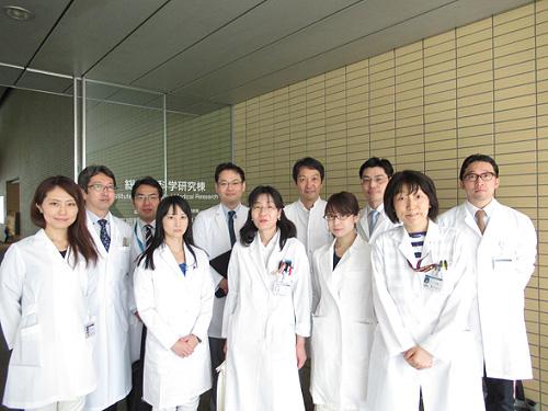 後列左から3番目:西原広史(腫瘍センター特任教授)、後列左から4番目:高石官均(同センター長)