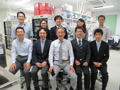 前列左から2人目:平橋淳一(総合診療教育センター専任講師)、前列右から2人目:大久保光修(同助教)稿を終えるにあたり、本研究に対し長年のご指導をいただきました藤田敏郎先生(前列中央)に深謝いたします。